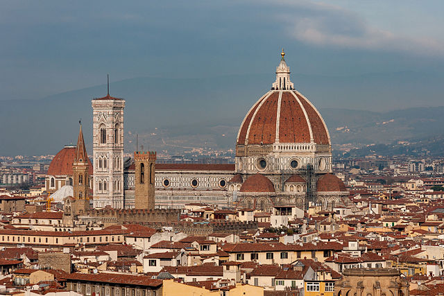 Immagine da Wikimedia Commons, Florence Italy Remote-view-of-Santa-Maria-del-Fiore , Photo by CEphoto, Uwe Aranas, licenza Creative Commons Attribuzione-Condividi allo stesso modo 3.0 Unported